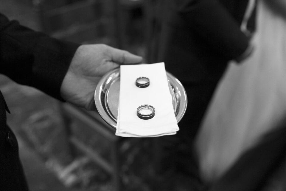 Ehering rechts oder links - zwei Trauringe auf einem Tablet