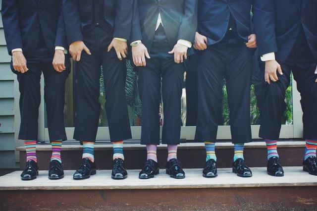 Ungewöhnliche Brautkleider? - 5 Männer zeigen ihre bunten Ringelsocken.