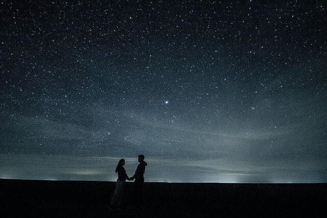 Liebespaar träumt vom Tor zu den Sternen