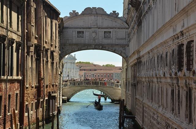 Gondel unter einem Brückenbogen in Venedig.