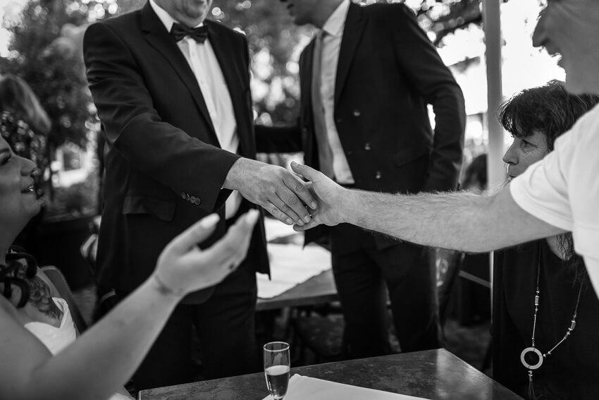 Eltern des Brautpaares reichen sich die Hände