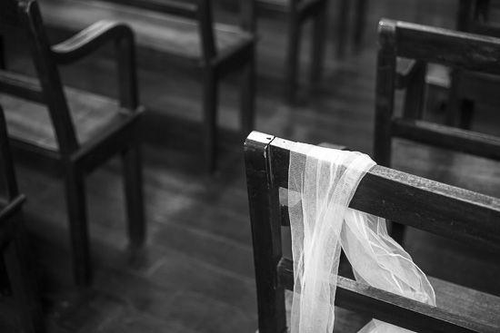 Brautschleier liegt über einer Kirchenbank
