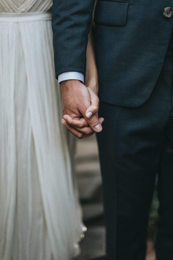 Hände eines Brautpaars ohne Ringe