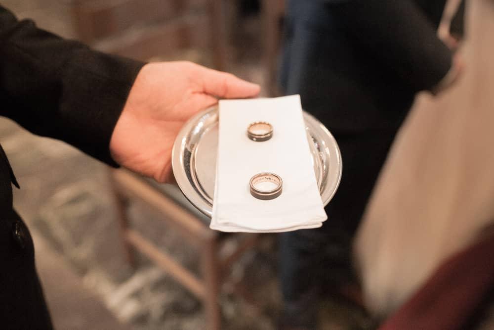 der Fotograf Standesamt Mülheim zeigt 2 Trauringe auf Tablett