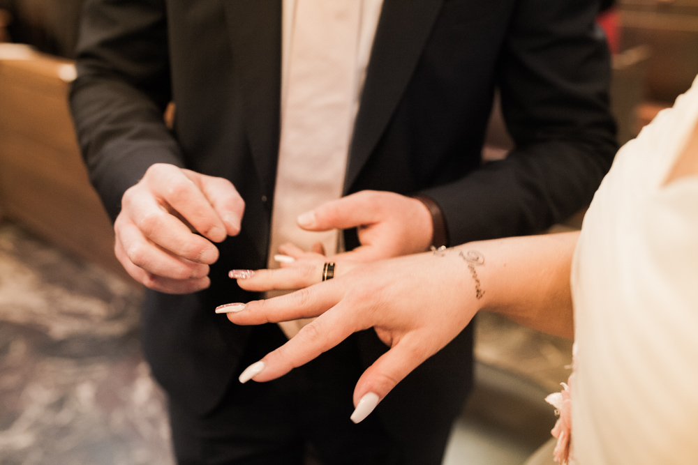 Bräutigam steckt Braut den Ehering auf den Finger