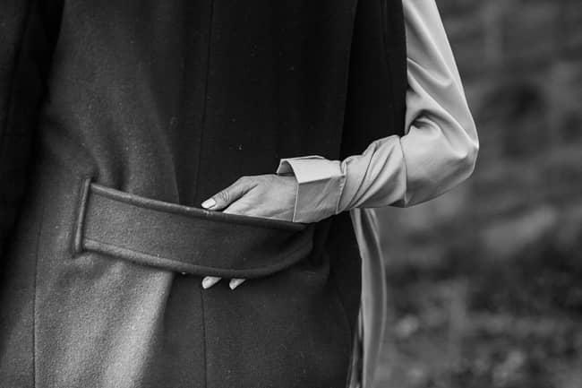 zärtlicher Arm der Braut, die den Bräutigam umfasst