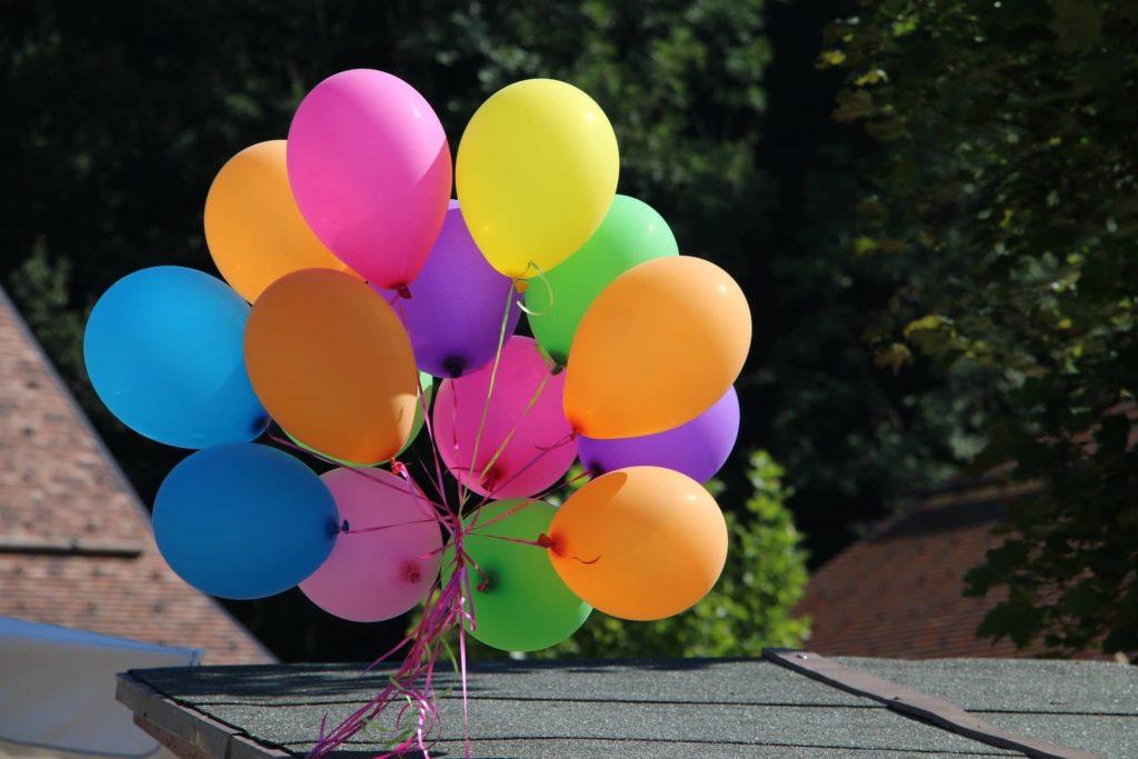 eine Traube aus zusammen gebundenen Luftballons