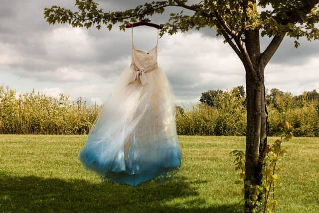 Dip-Dye Brautkleid hängt am Baum