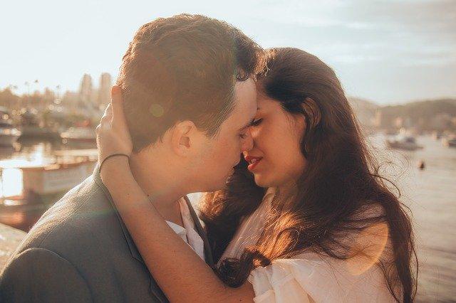 küssendes junges Liebespaar vor südländischer Kulisse