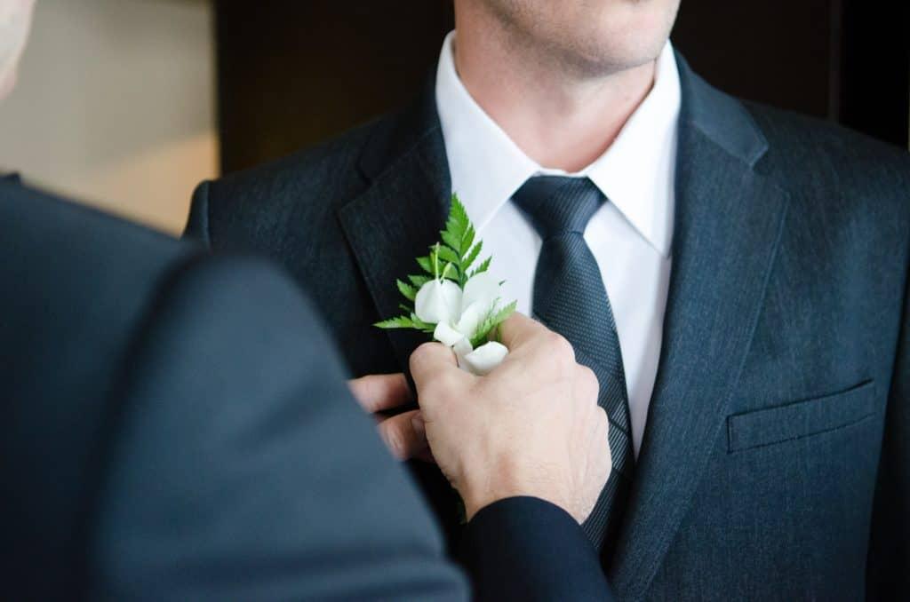 Bräutigam mit Ansteckblume im Knopfloch