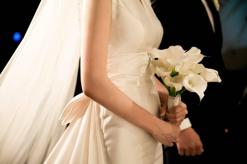 Braut mit Ellenbogenschleier und Callas Strauß in der Hand
