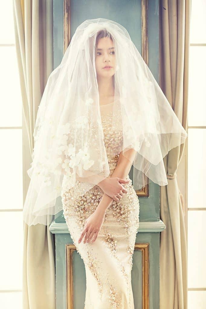 Braut mit Ellenbogenschleier