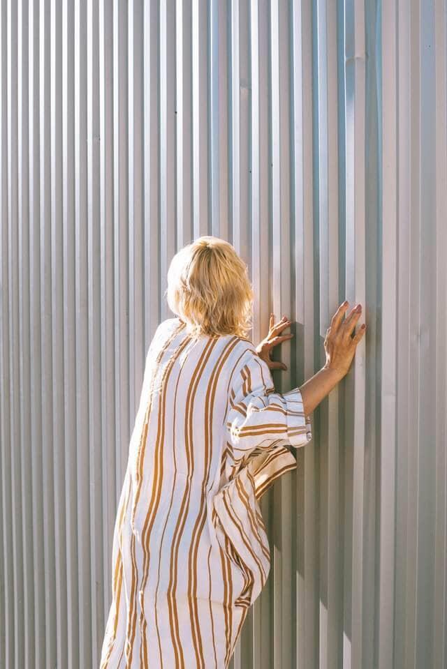 Frau die sich im Pyjama französisch verabschiedet