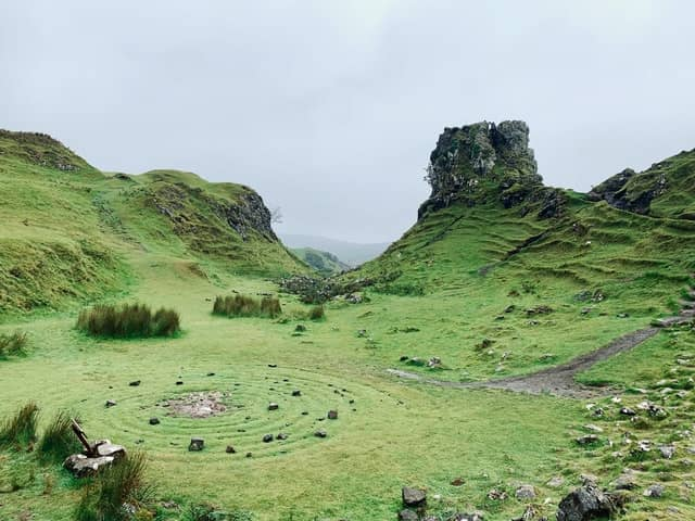 grüne märchenhafte Landschaft, in der Feengrotten versteckt sein könnten