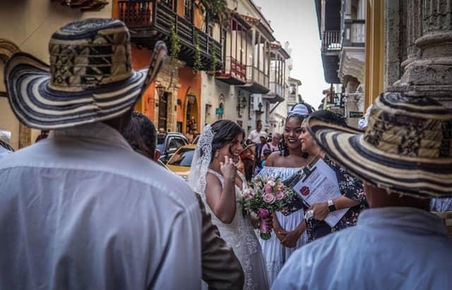 lächelnde kolumbianische Braut mit Gästen