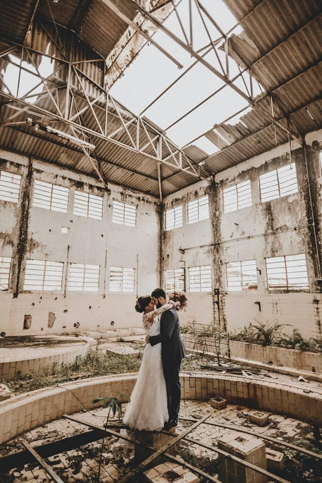Brautpaar vor Industriekulisse