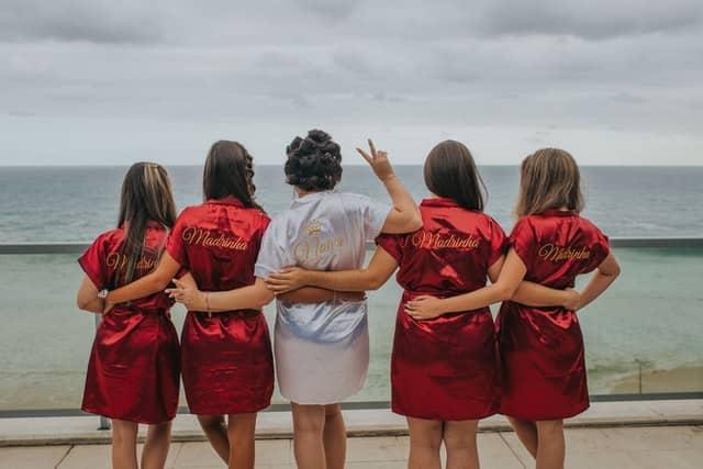 Braut mit vier Freundinnen beim Junggesellinenabschied