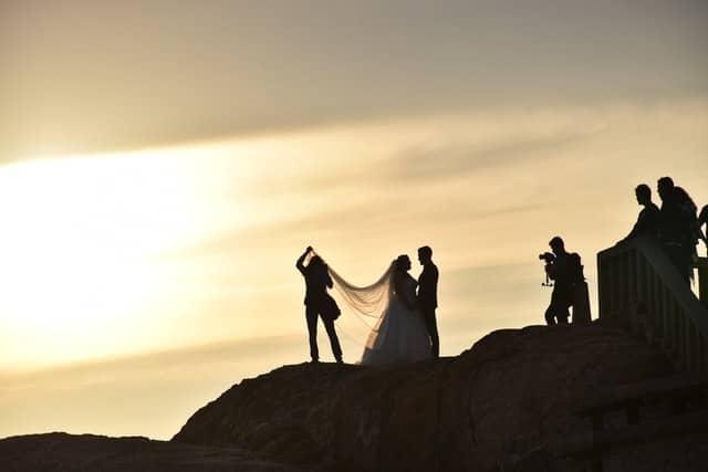 Outdoor Hochzeitsfotografie am Meer mit Fotograf und Assistenten