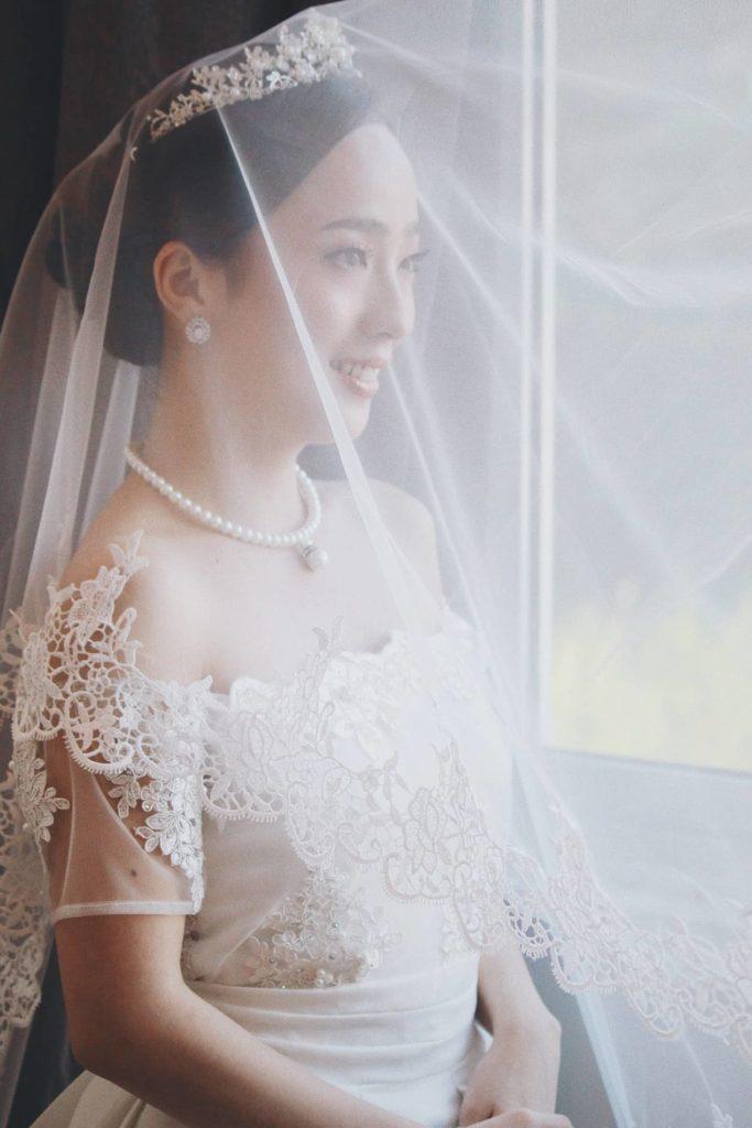 Asiatische Frau im Brautkleid