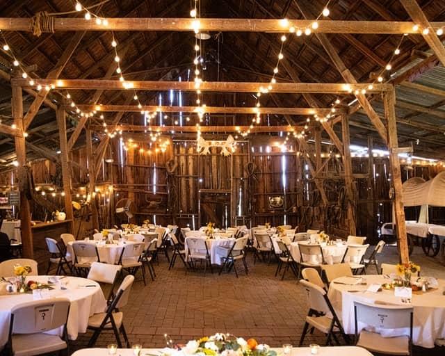 mit Lichtgirlanden geschmückter Innenbereich eines Restaurants