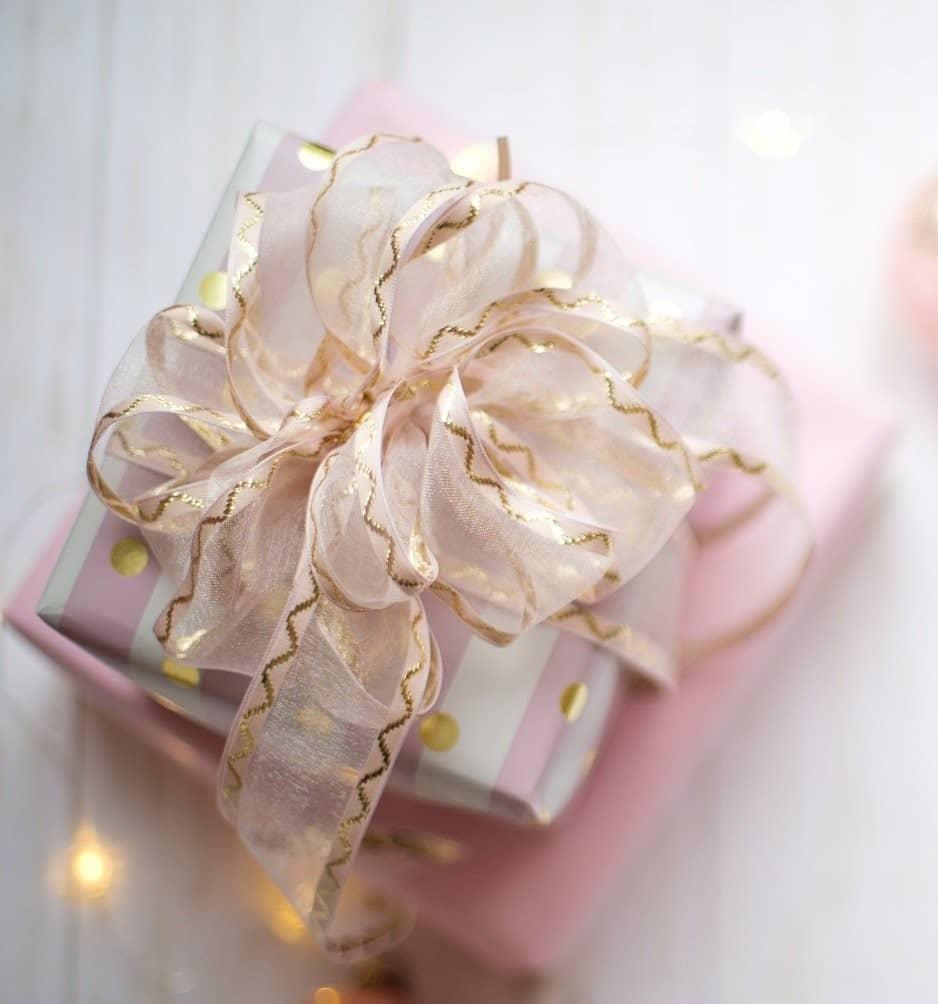 mit rosa Geschenkbank verziertes kleines Kästchen