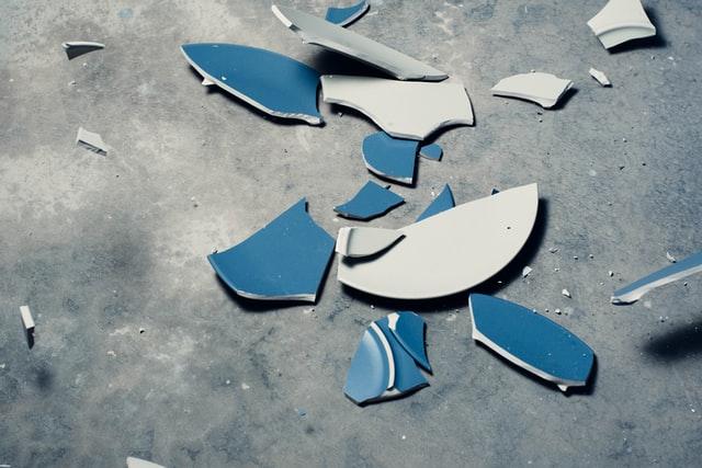 Zerbrochene Teller auf dem Boden