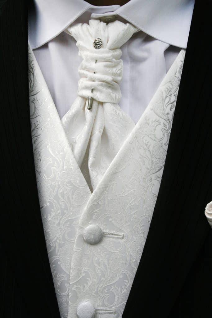 Bildausschnitt aus weißer Weste mit Plastron und passendem Jacket