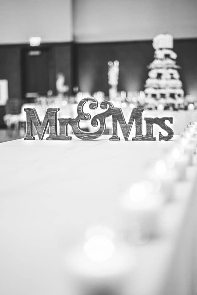 Schriftzug Mr und Mrs als Dekoration auf einem Tisch