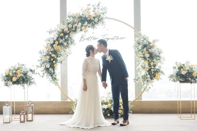 Küssendes Hochzeitspaar vor Wedding hoops