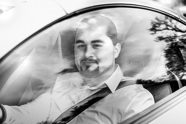 Bräutigam im Hochzeitsauto fährt vor.