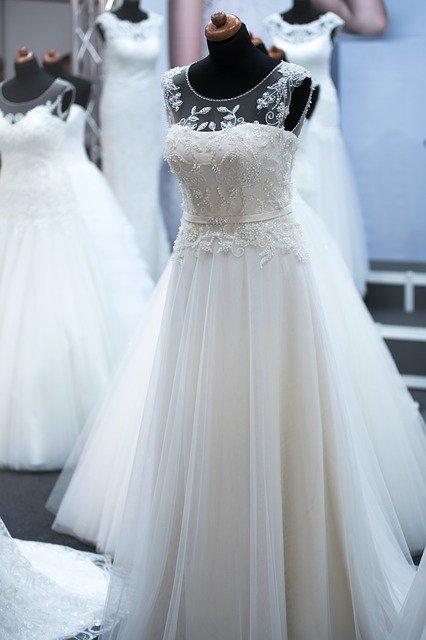 mehrere weiße Brautkleider an Schaufensterpuppen
