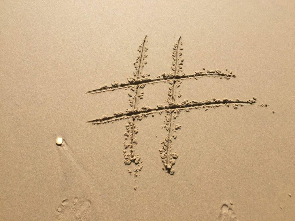 Hashtag Zeichen im Sand