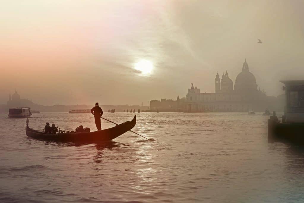 Gondel im Abendlicht in Venedig