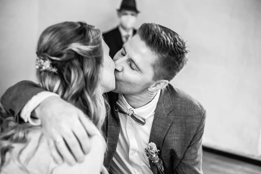 Brautpaar küßt sich leidenschaftlich